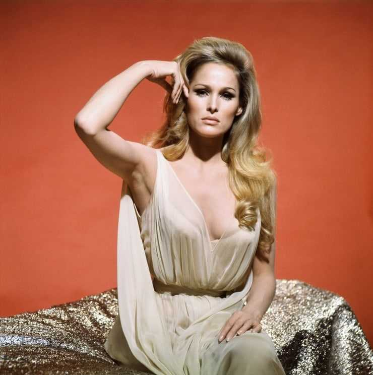 Ursula Andress sexy side boobs pictures