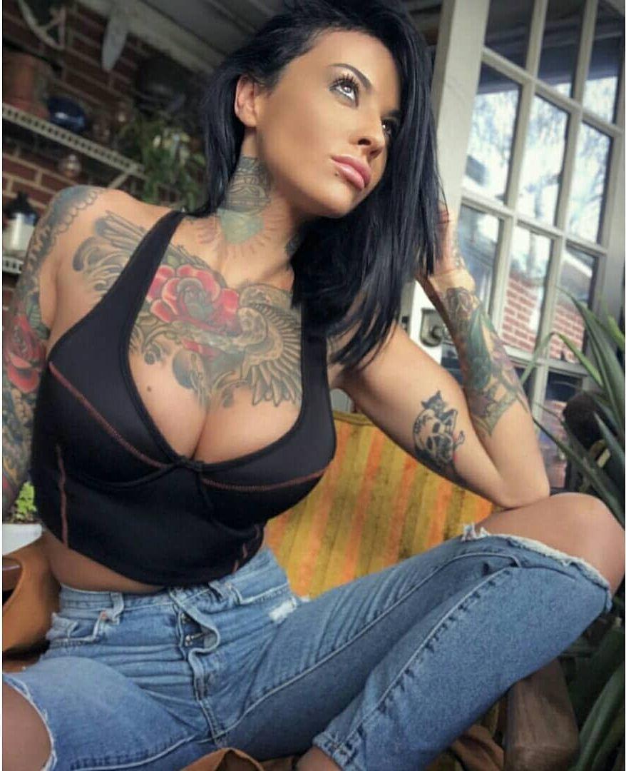 Zahra Schreiber sexy cleavage pics