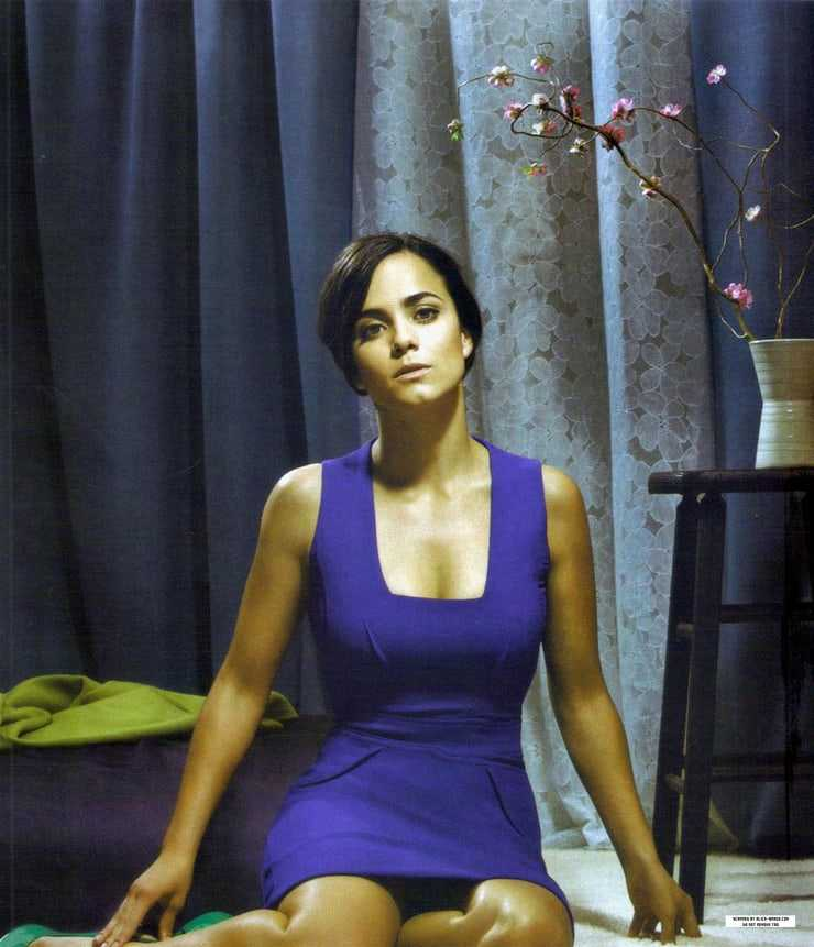 Alice Braga sexy photo (1)