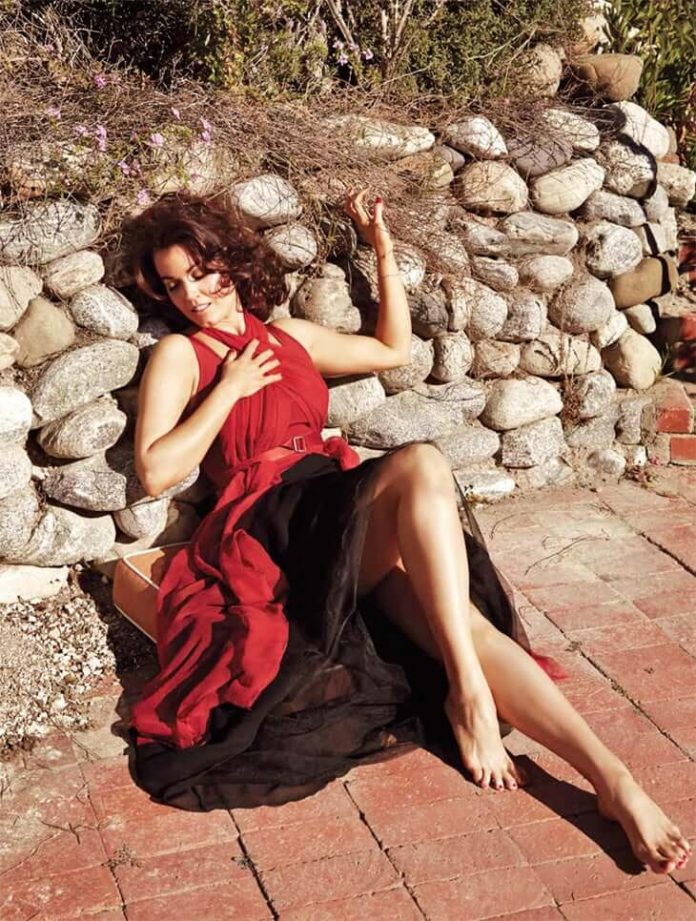 Bellamy Young hot thigh pics
