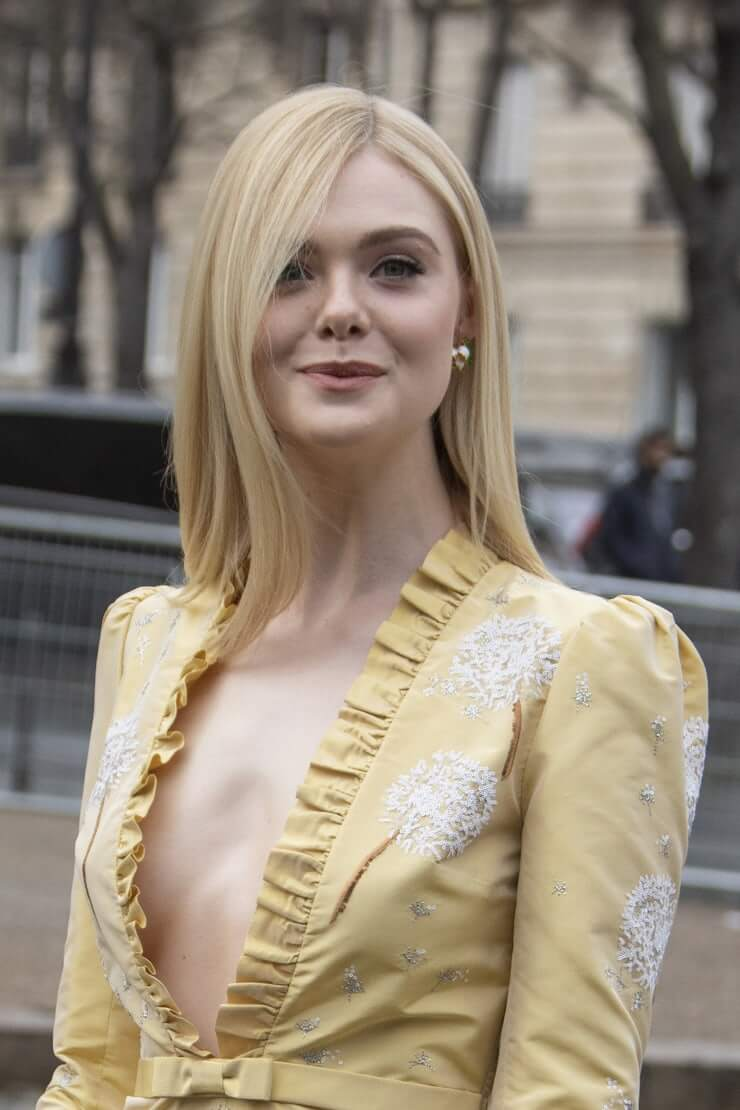 Elle Fanning hot side boobs pics