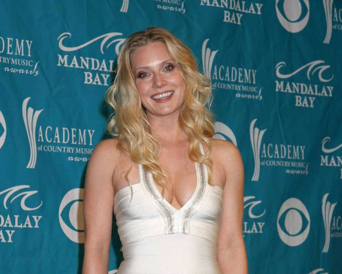 Emily Procter hot cleavage photo