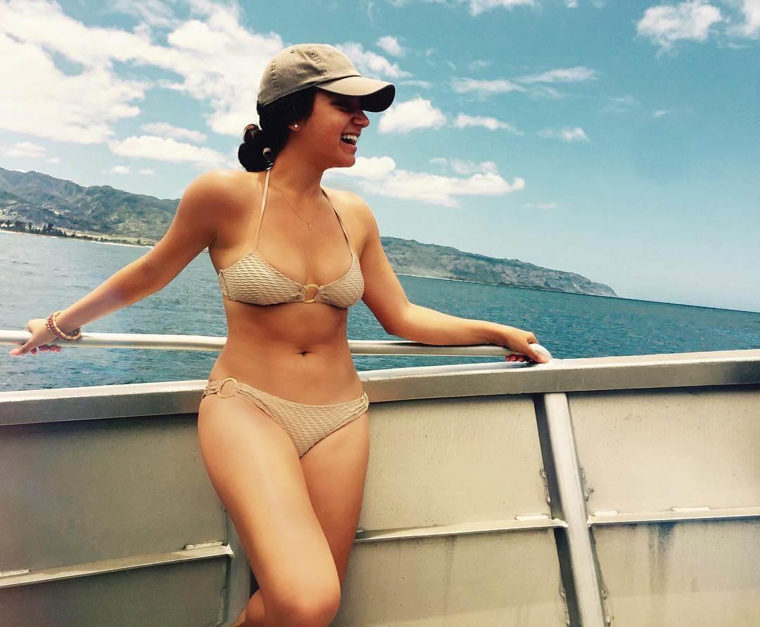 Inanna Sarkis sexy cleavage pics