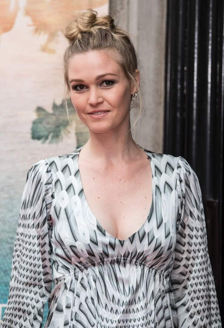 Julia Stiles busty pictures