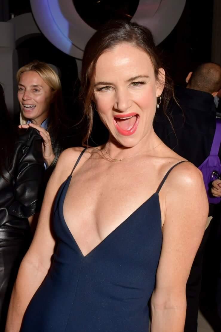 Juliette Lewis sexy cleavage (1)