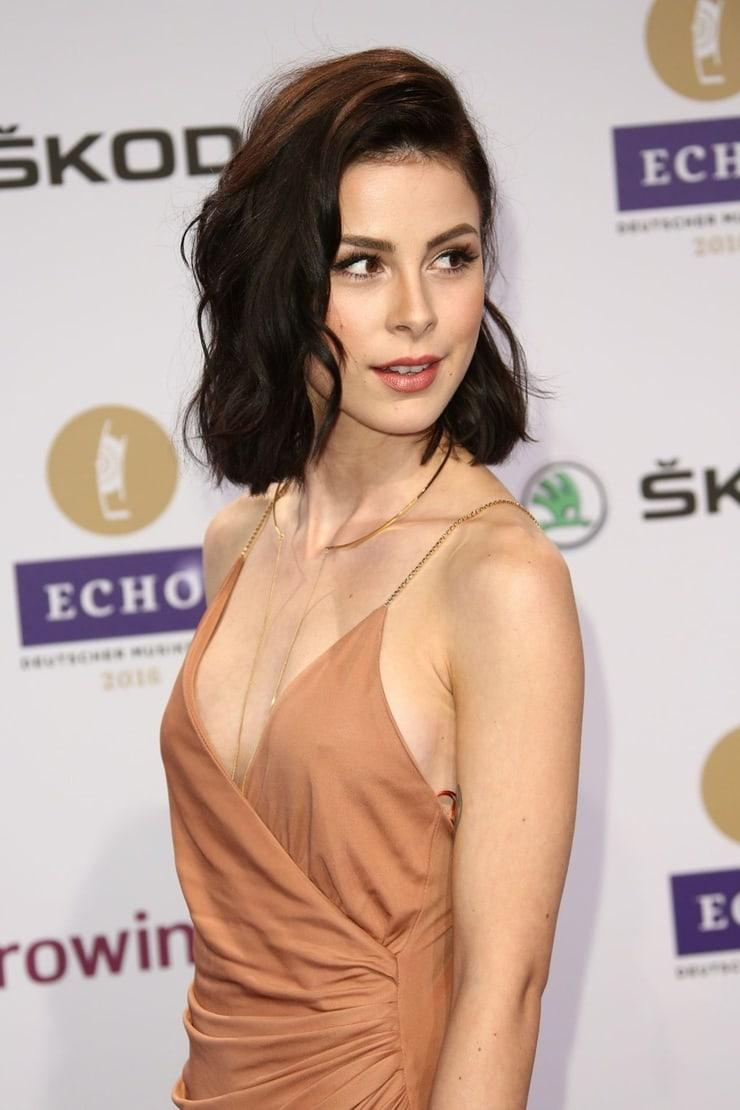 Lena Meyer-Landrut sexy side boobs pics