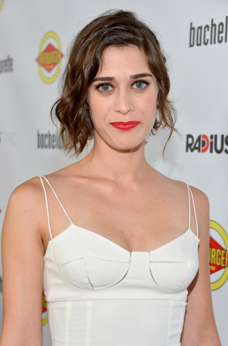Lizzy Caplan cleavage (2)