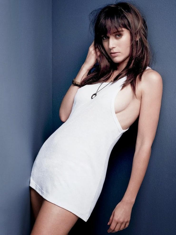 Lizzy Caplan hot (1)