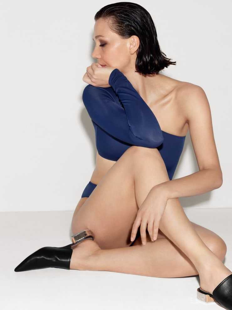 Maggie Gyllenhaal hot look pics