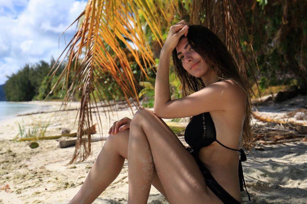 Rachel Levin sexy side boobs pics