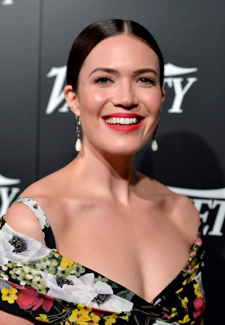 mandy moore hot cleavage pic