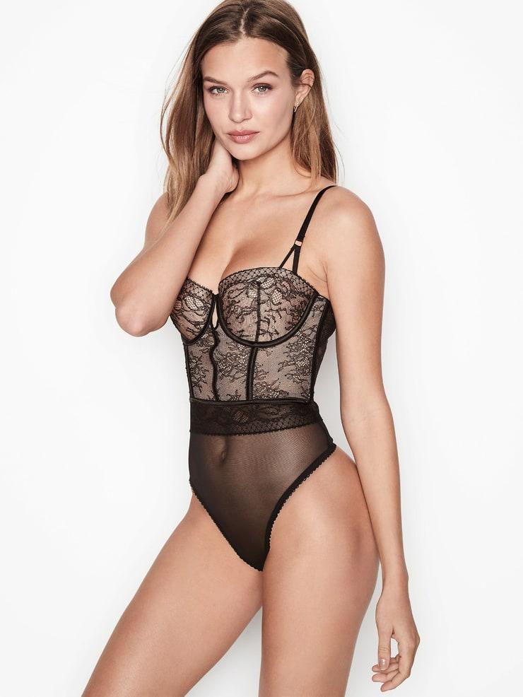 Josephine Skriver sexy look pic
