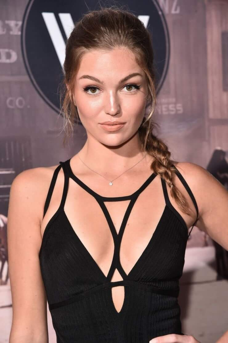 Lili Simmons hot look pic