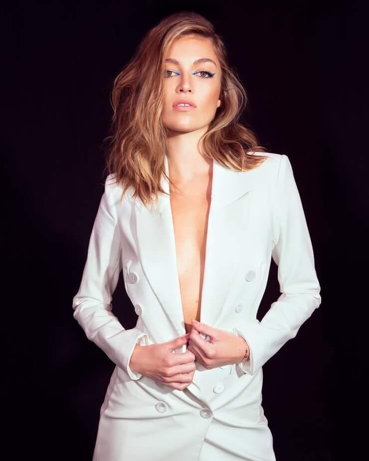 Lili Simmons hot pics