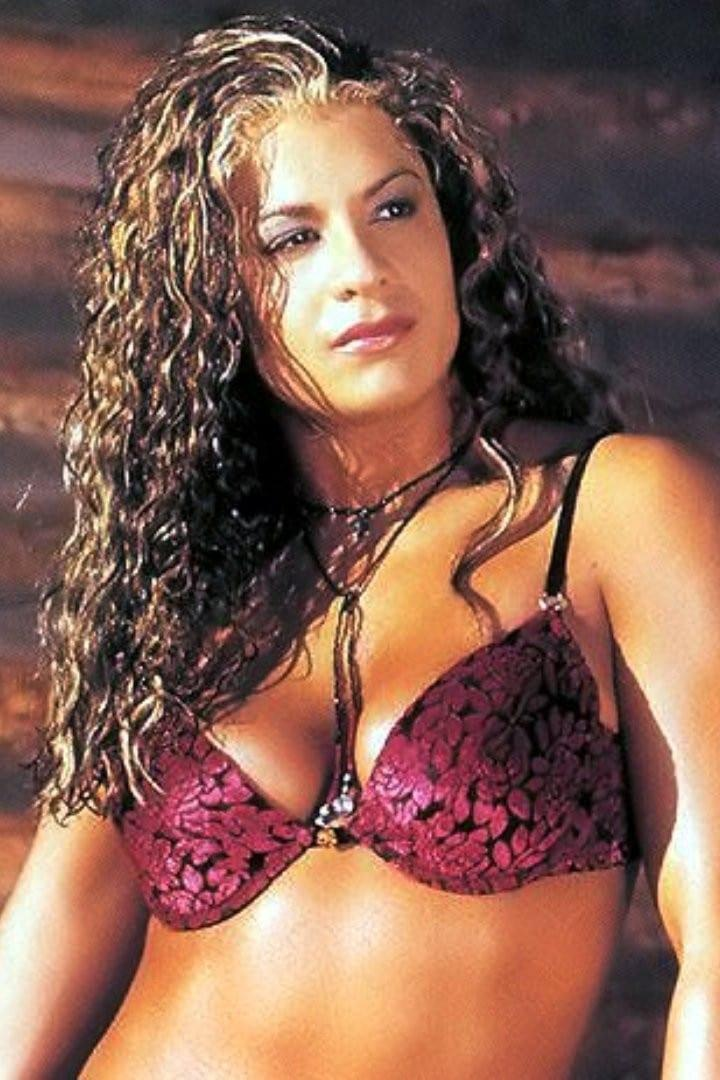 Nidia Guenard sexy cleavage