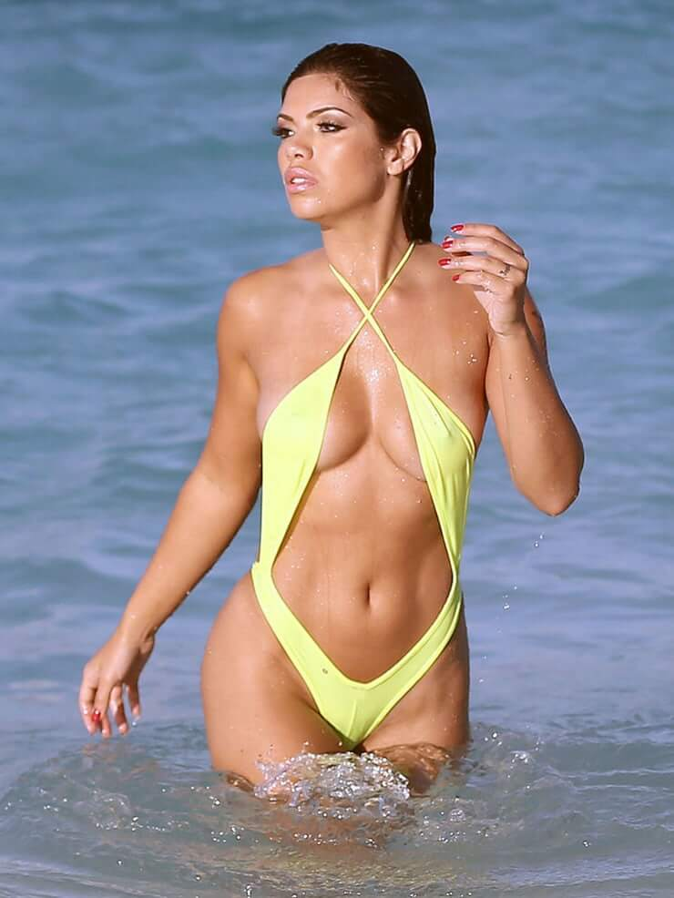 Suelyn Medeiros sexy photos
