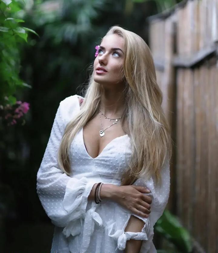 Alicia Schmidt cleavage pics