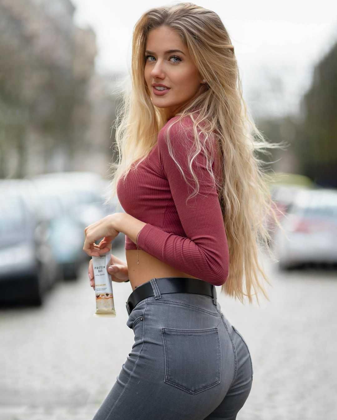 Alicia Schmidt sexy look pics