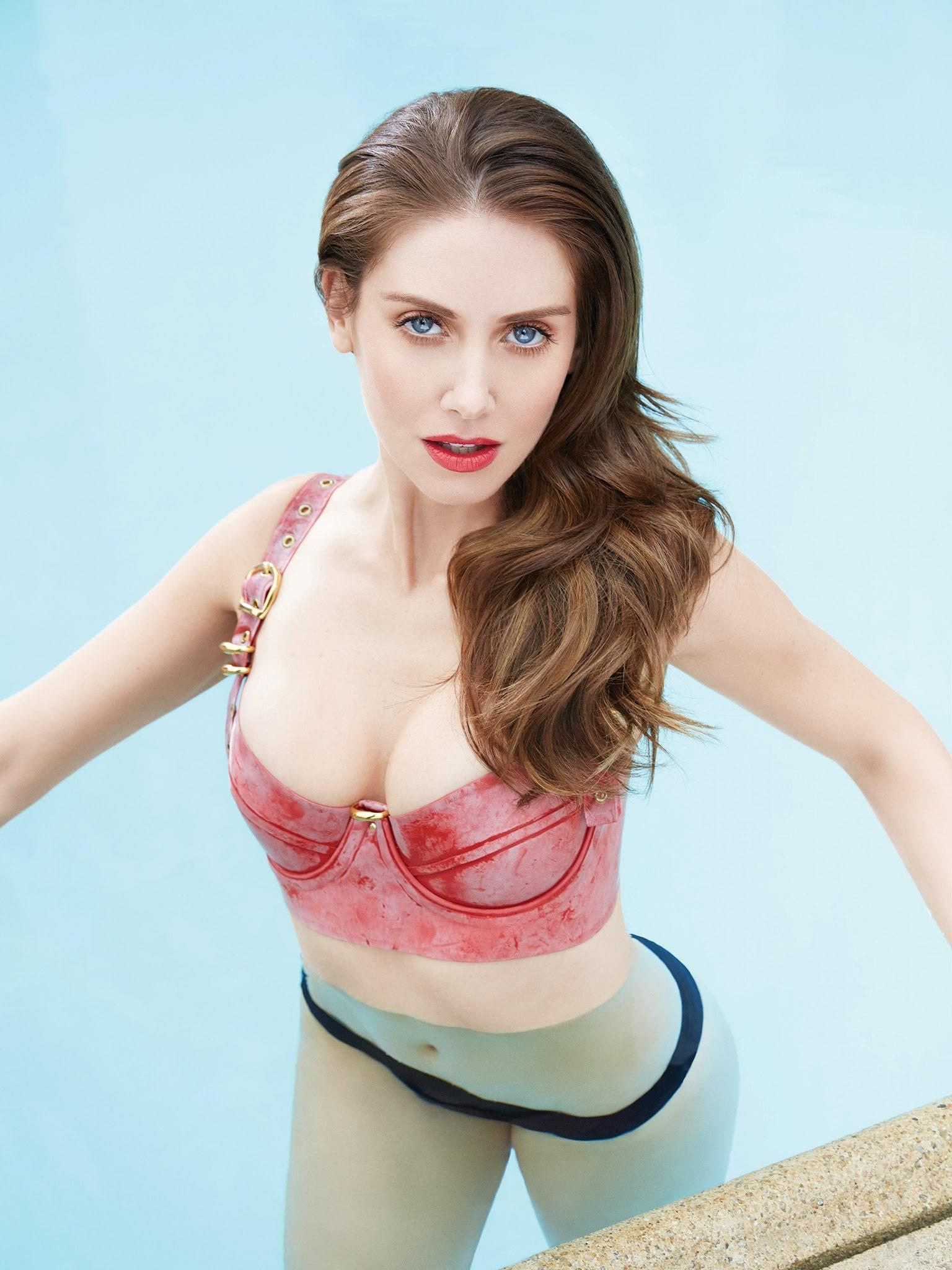 Alison Brie sexy cleavage pics