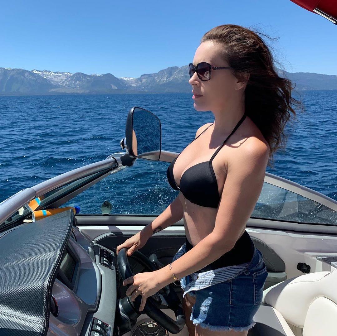 Alysa Milano hot side boobs pics