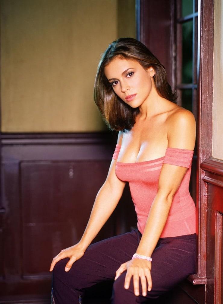 Alyssa Milano sexy side boobs pics