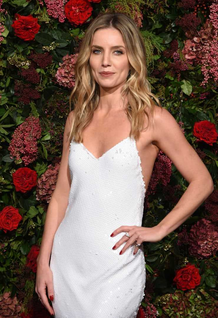 Annabelle Wallis cleavage pictures