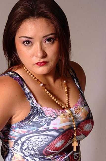 Ayako Hamada sexy side boobs pics