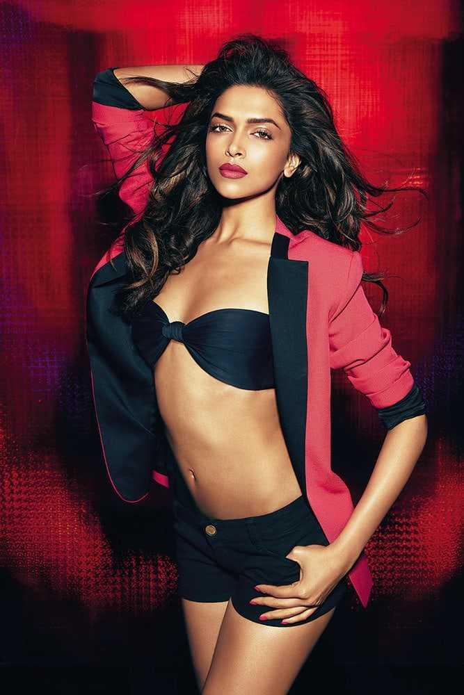 Deepika Padukone sexy side boobs pics