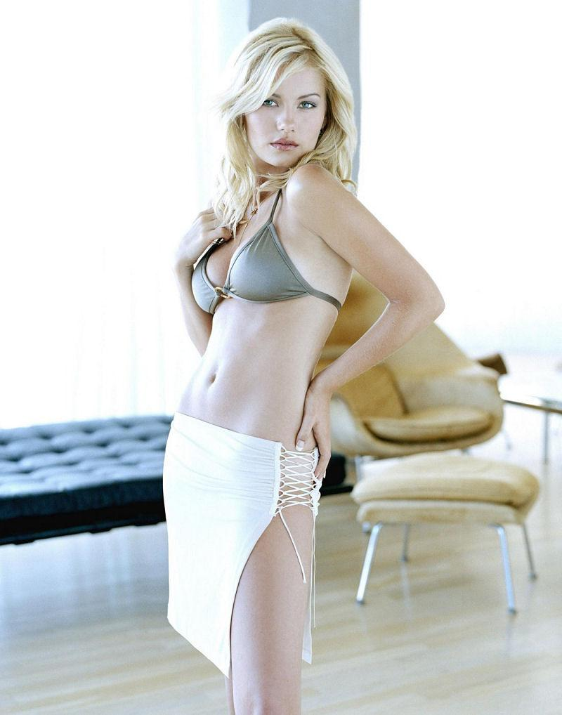 Elisha Cuthbert sexy cleavage pics