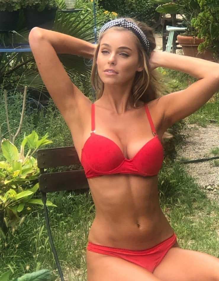 Elizabeth Turner sexy boobs pic