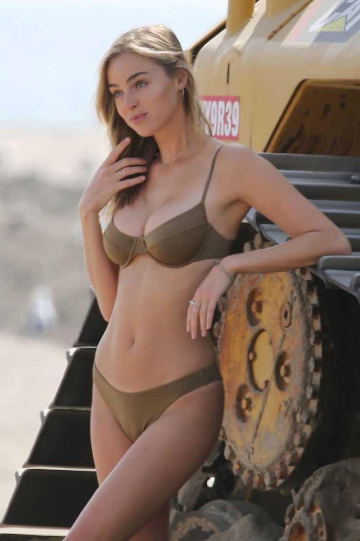 Elizabeth Turner sexy boobs pics