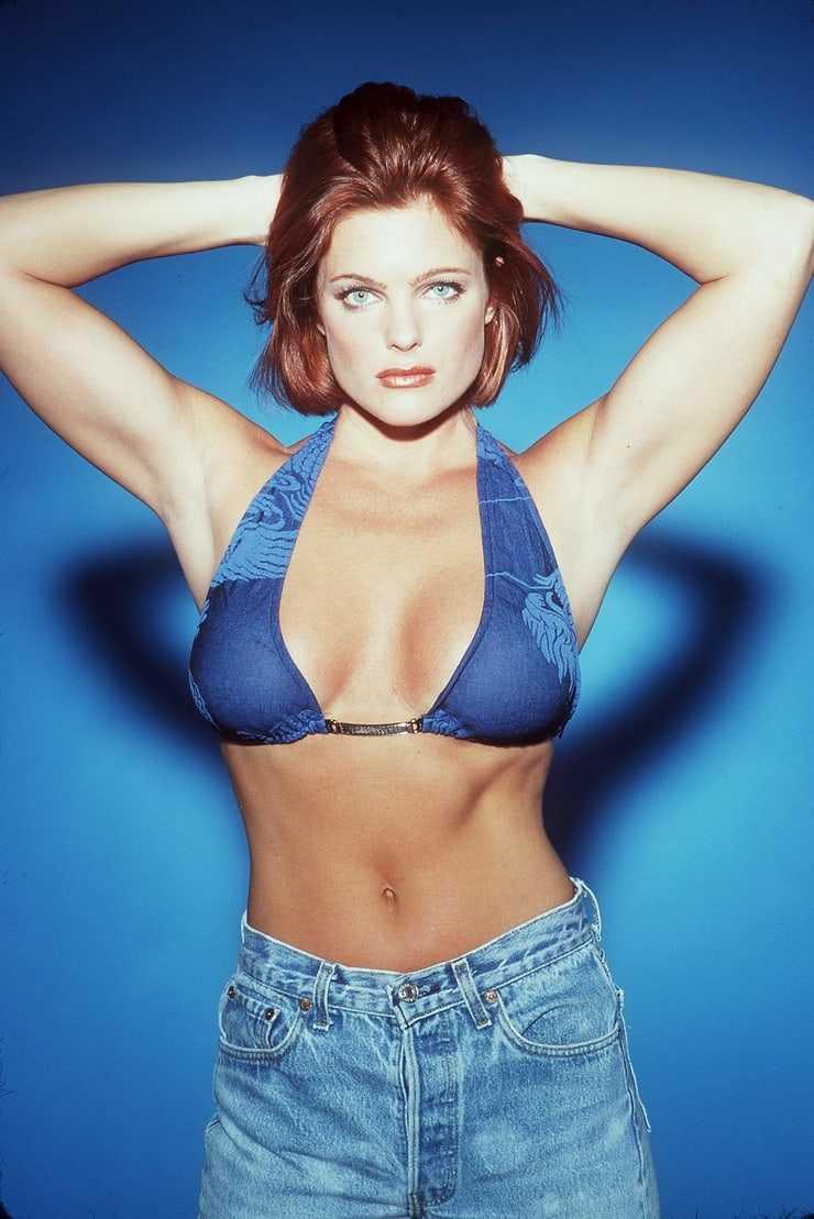 Erika Eleniak sexy tits pics