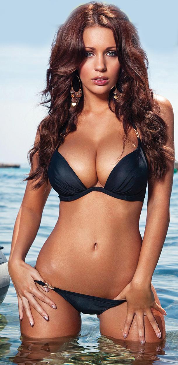 Holly Peers big boobs pics