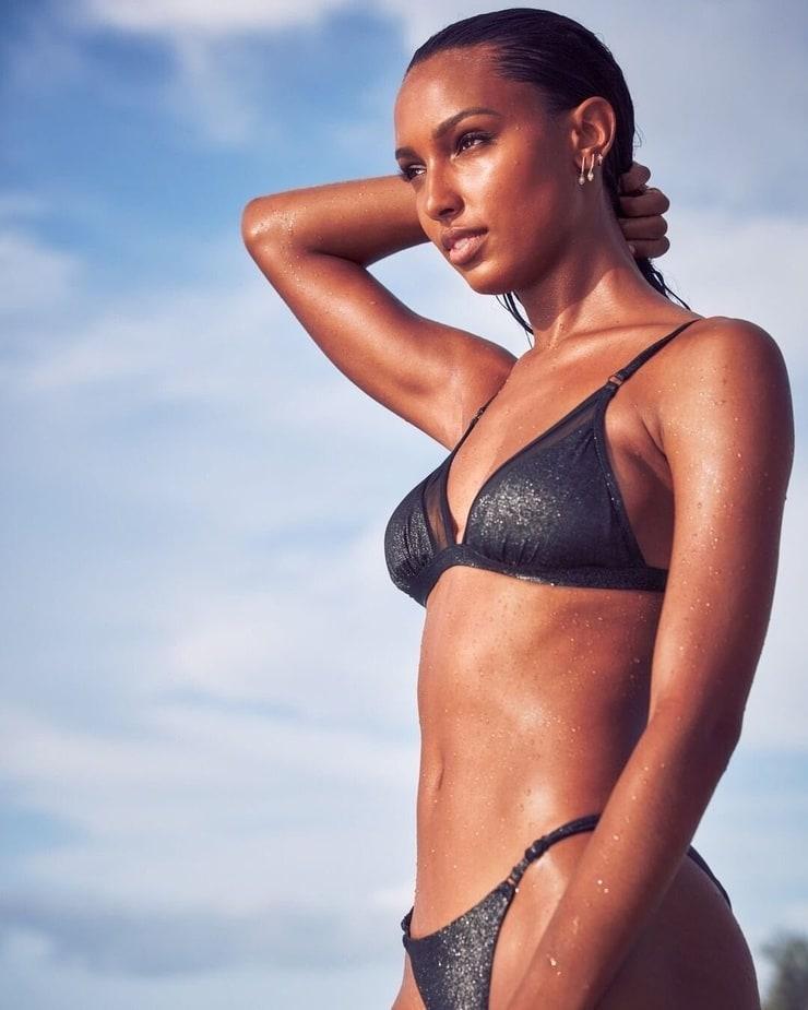 Jasmine Tookes sexy side boobs pics