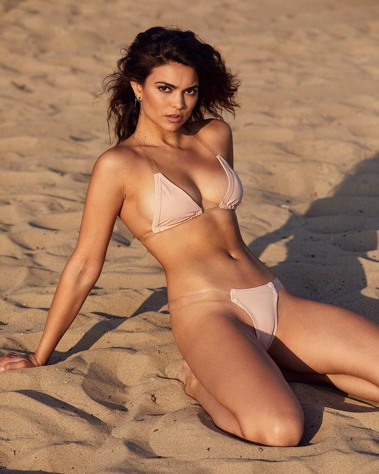 Kyra Santoro sexy look