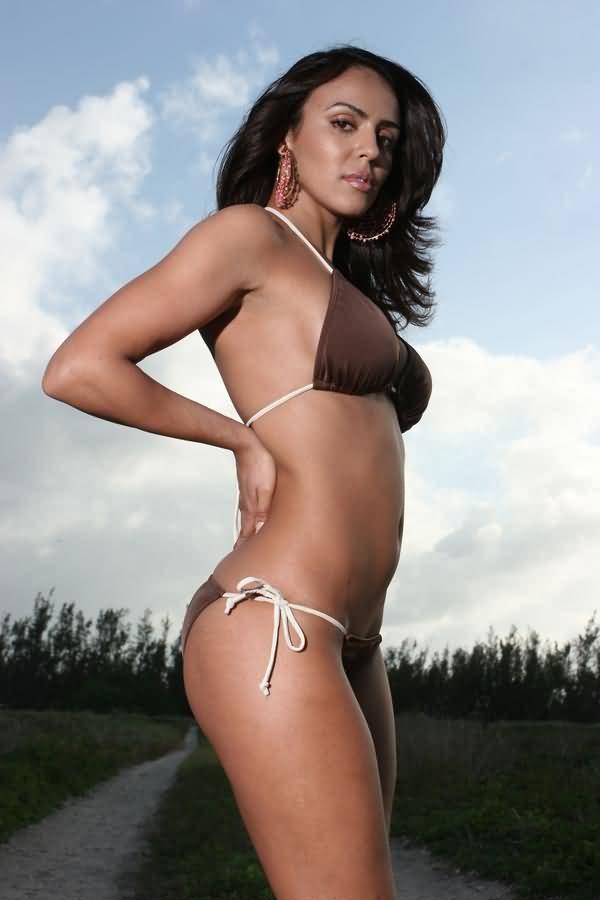 Layla El hot bikini pics