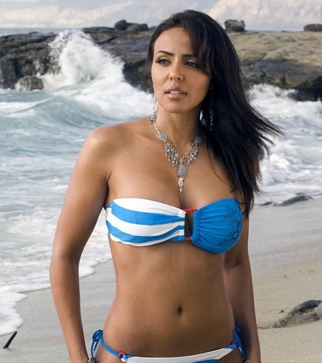 Layla El sexy cleavage pics