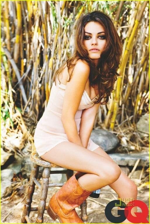 Mila Kunis sexy side butt pics