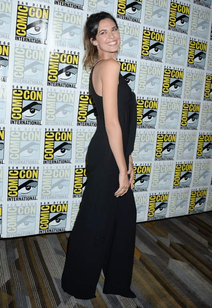 Odette Annable sexy side ass pics