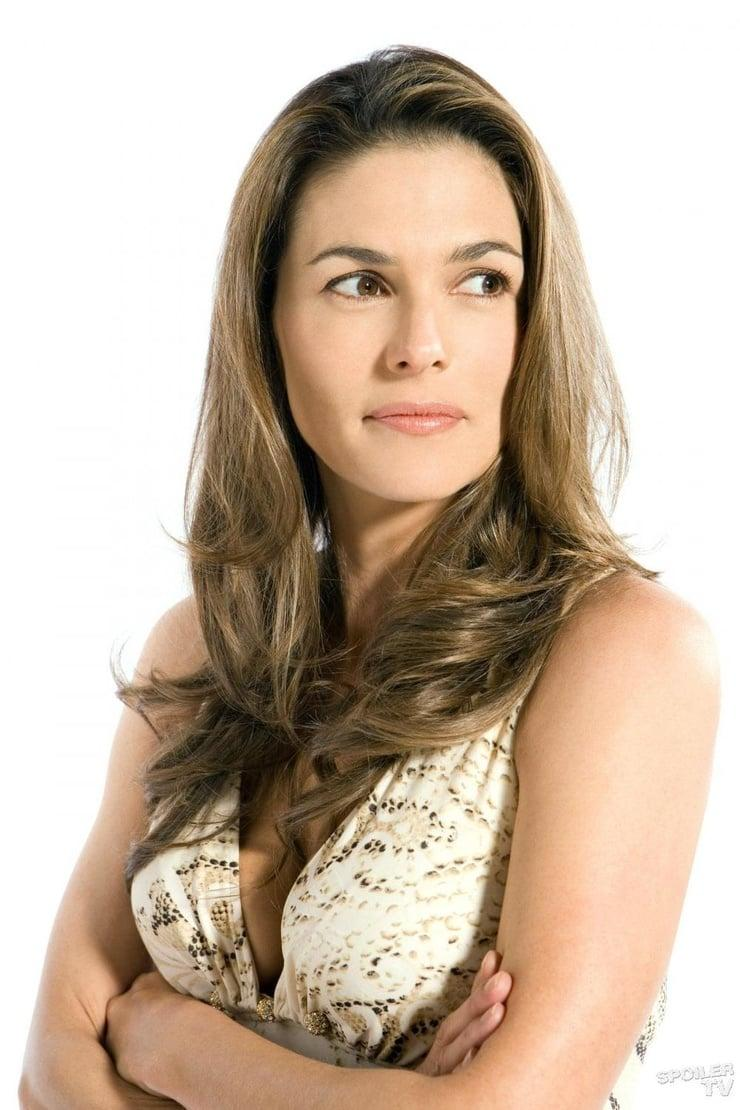 Paige Turco sexy look pic