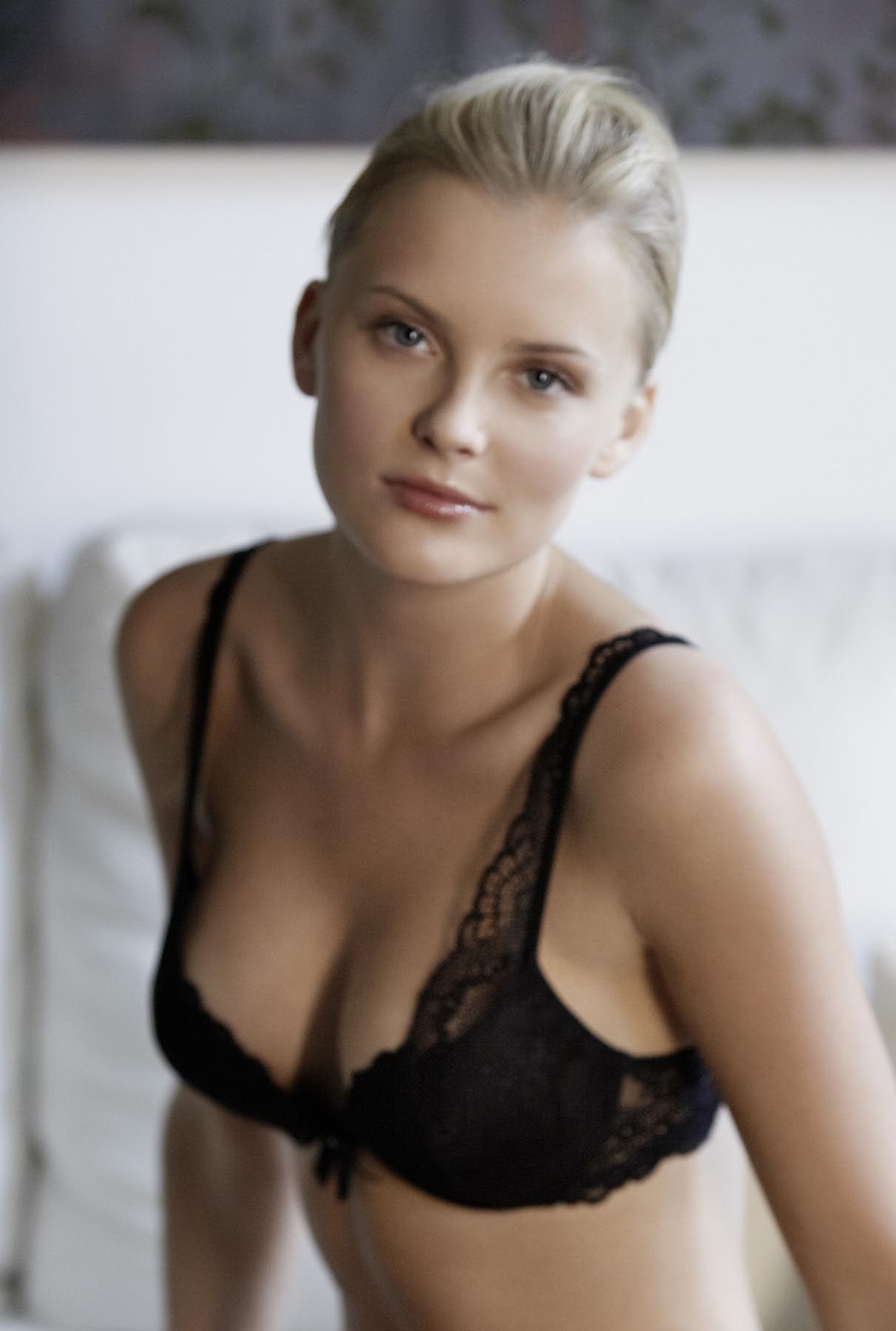 Petra Silander sexy side boobs pics (2)