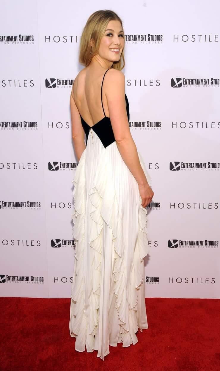 Rosamund Pike sexy side butt pics