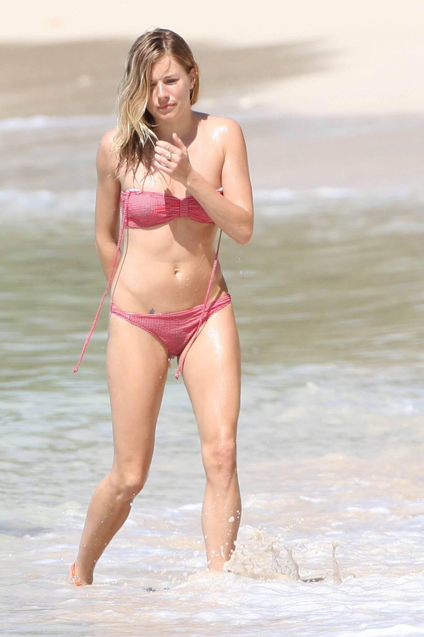 Sienna Miller sexy bikini pics
