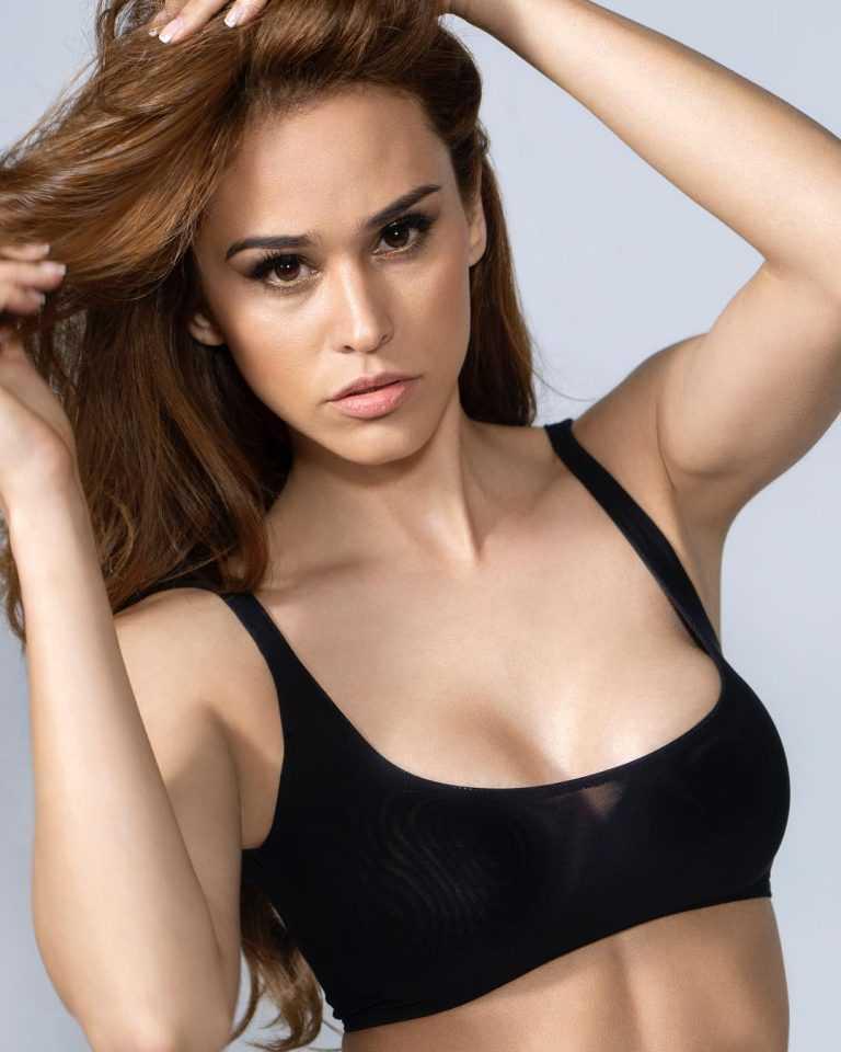 Yanet Garcia cleavage pics
