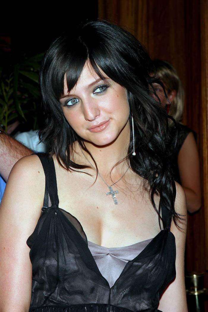 ashlee simpson cleavage