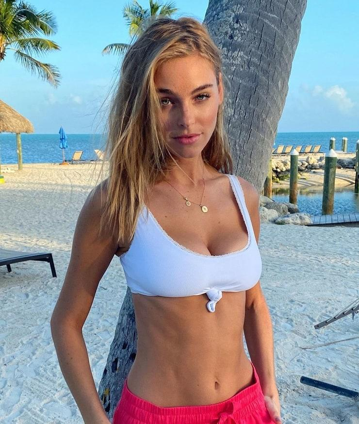 elizabeth turner sexy boobs