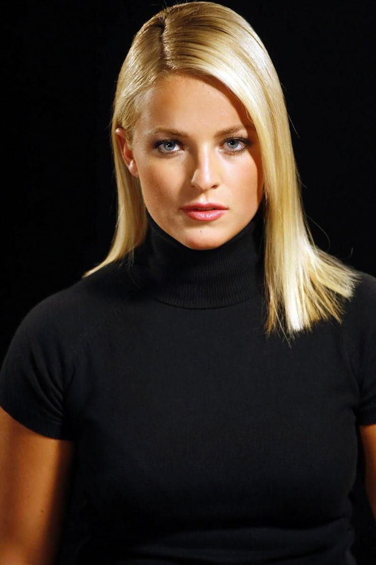 lara gut blonde hair
