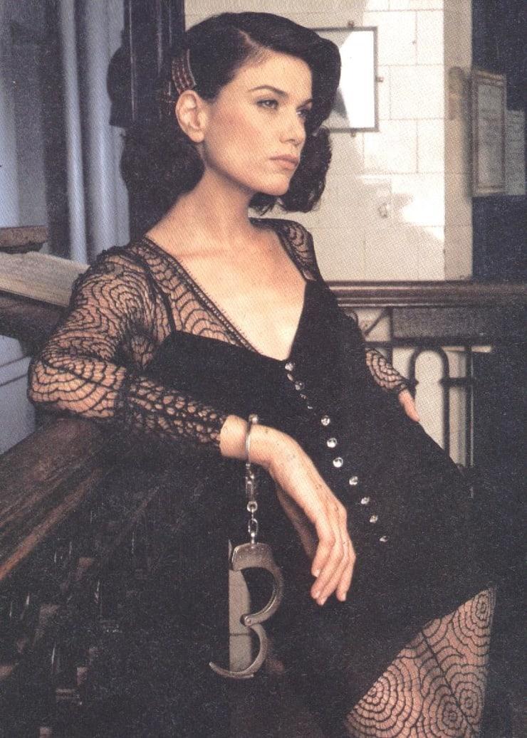 linda fiorentino cleavage