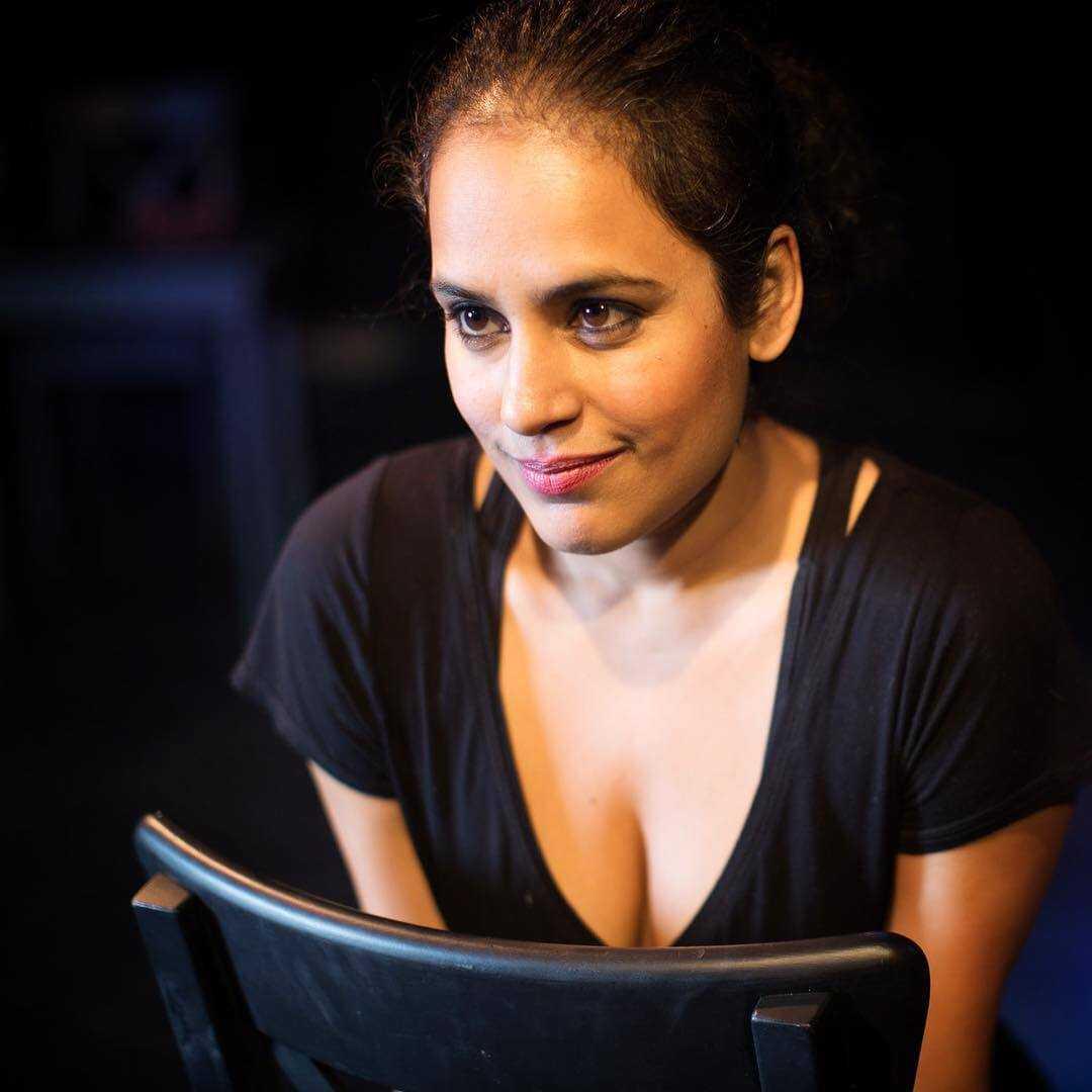 Agam Darshi sexy cleavage pics (2)