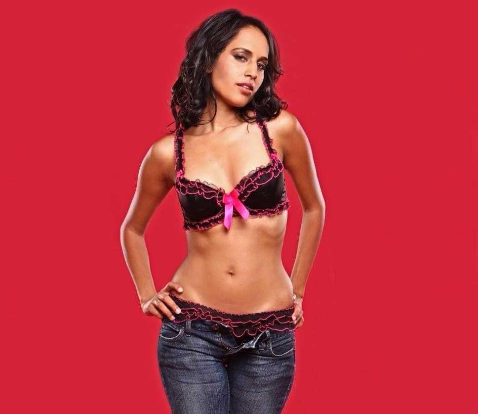 Agam Darshi sexy cleavage pics